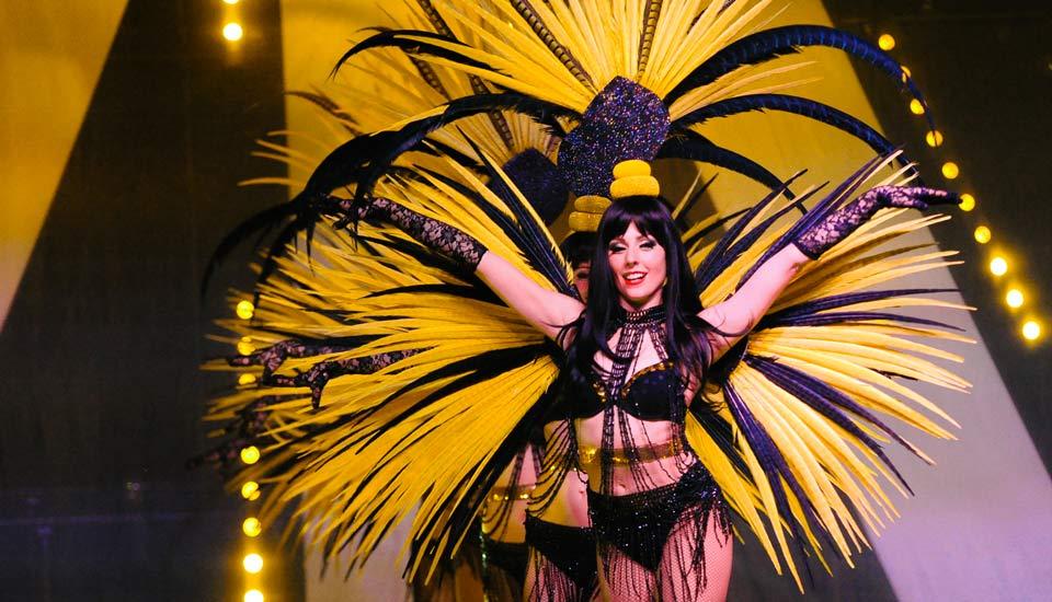 Spectacle Caprice, danseuse, plumes jaunes, Voulez-Vous