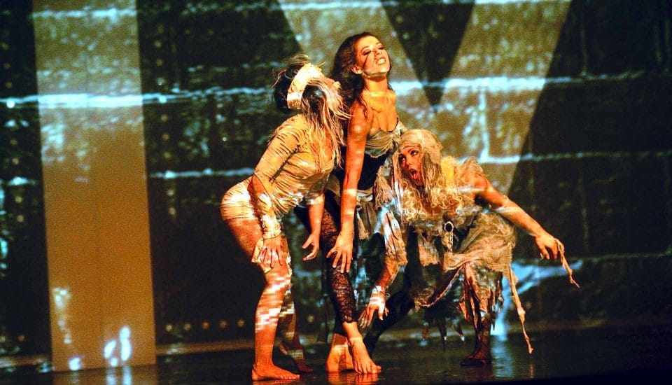 Spectacle-E-Motion, tableau Gore à Mort, trio de danseuses, Voulez-Vous Grand Lyon