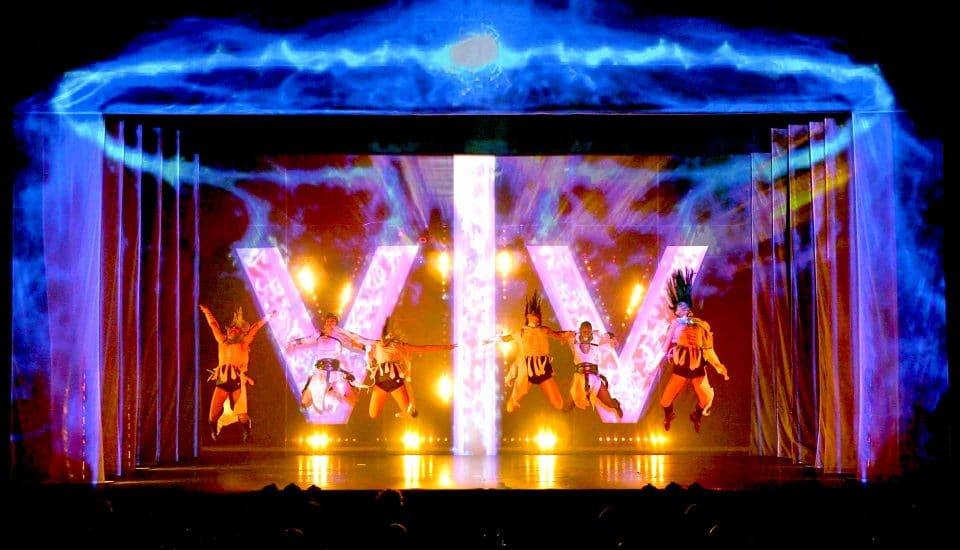 Spectacle E-Motion, tableau Electrochoc, danseurs en lévitation, Voulez-Vous